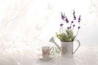 白いカーテンにティーカップと花
