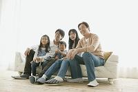ソファーに座る3世代日本人家族