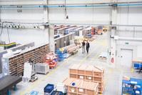 工場で働くビジネスマン工場 倉庫