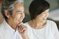 笑顔の日本人中年夫婦