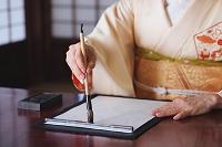 書道をする着物の女性