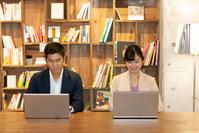 仕事する日本人ビジネス男女