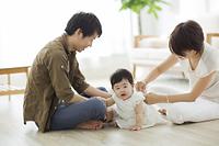 赤ちゃんのおむつ替えをする日本人の若い夫婦