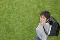 ランドセルを背負う日本人の男の子