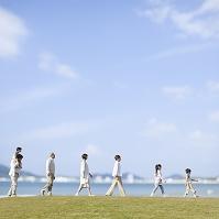 一列に並んで歩く日本人の三世代家族