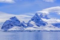 南極 雪山と青空