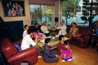 韓国 テレビを見る三世代家族