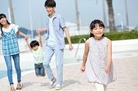 プールサイドを歩く家族