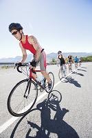 自転車を漕ぐトライアスロン選手