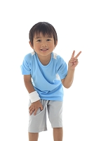 スポーツウェアを着た小さな日本人の男の子