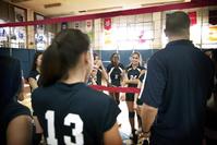 コーチの指導を受けるバレーボールチーム