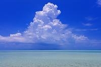 沖縄県 エメラルドグリーンの海と空と入道雲 コンドイ浜 竹富島
