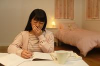 深夜の勉強中に体調が悪くなる女の子