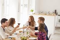 食事をする団らんの外国人家族
