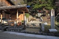 奈良井宿の水場と重要伝統的建造物群保存地区選定碑と庚申塚