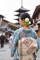 京都観光を楽しむ着物の女性