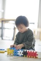 ブロックで遊ぶ日本人男の子