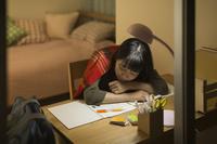 机で居眠りをする日本人の女の子