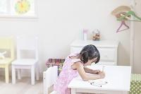 子供部屋でお絵描きをする女の子