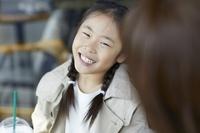 笑顔で会話する日本人女の子