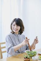 サラダを調理する日本人女性