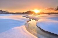 福島県 厳冬 日の出の湖畔