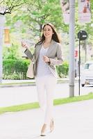 ビジネス街を歩く日本人女性
