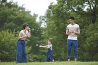 シャボン玉で遊ぶ日本人家族