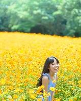花畑で遊ぶ日本人の子供