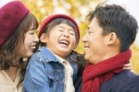顔を寄せ合う日本人家族