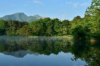 福島県 磐梯朝日国立公園 裏磐梯 秋元湖付近の池と磐梯山