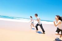 砂浜を走る若者