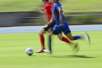 争う日本人と外国人サッカー選手