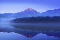 長野県 松本市 上高地 霧の大正池と焼岳
