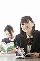 授業を受ける女子高校生