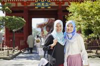 日本を観光するムスリムの女性