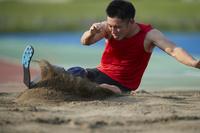 着地する義足の走幅跳選手