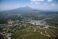 長野県 軽井沢駅と中軽井沢の街並みより浅間山