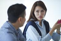 会議中の日本人ビジネスウーマン