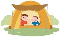 テントの中で過ごす二人の子ども