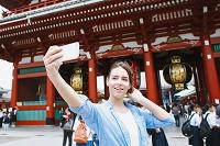 浅草を観光する外国人
