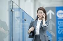電話する20代ビジネスウーマン