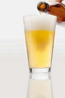 瓶のビールを注ぐ