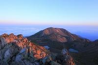 石川県 御前峰付近より見る朝の大汝峰と火山湖と雲海