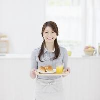 トレーを持つ日本人女性