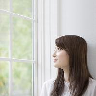 窓辺の日本人女性