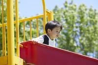 滑り台で遊ぶ日本人の男の子