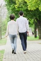 新緑の中を散歩するカップル