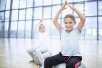 体操する外国人の子供