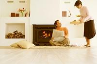暖炉の前でくつろぐ中高年夫婦